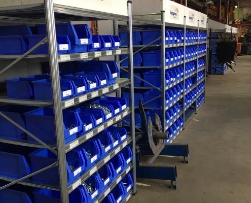 Zijaanzicht 3 Stellingkasten met voorraad in blauwe Kangaroo bakken