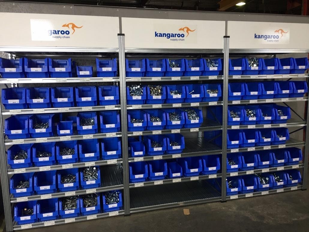 Vooraanzicht 3 Stellingkasten met voorraad in blauwe Kangaroo bakken