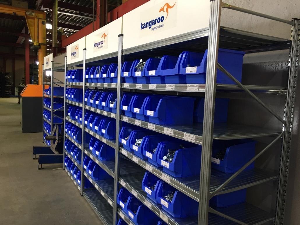 Stellingkasten in magazijn met blauwe Kangaroo bakken